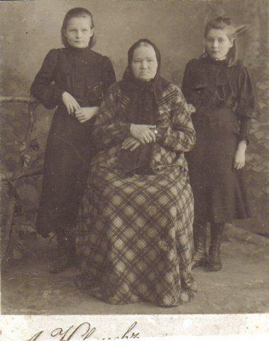 Живые дети с мертвой бабушкой.