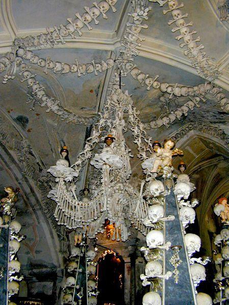 Часовня в Чехии украшена человеческими костями