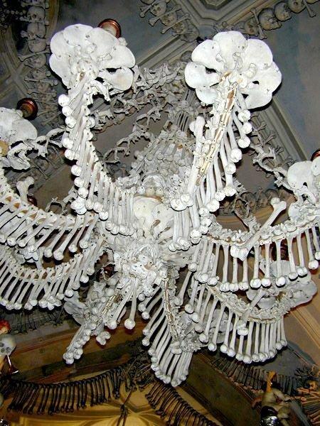 Люстра из человеческих костей - жуткий памятник старины