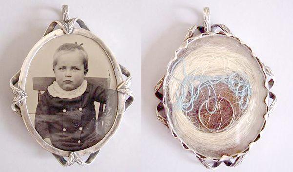 Медальон с локоном усопшего