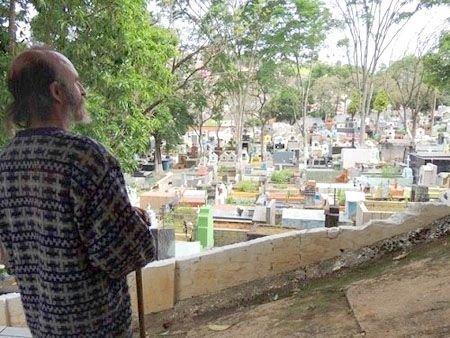 Бездомный бразилец живет в склепе, но хочет вернуться к нормальной жизни