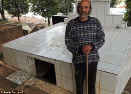 Бездомный бразилец живет на кладбище