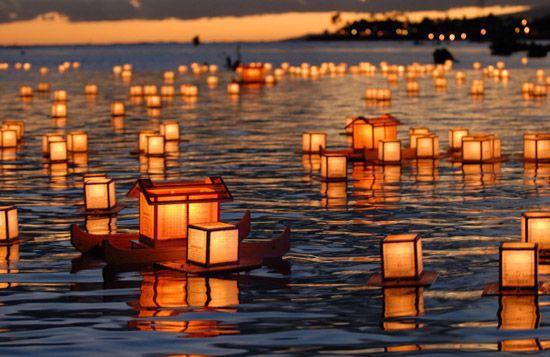 Традиционные японские фонарики показывают душам путь