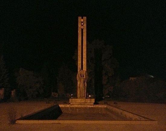 Заброшенная стела во мраке