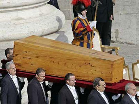 Вынос гроба Иоанна Павла II