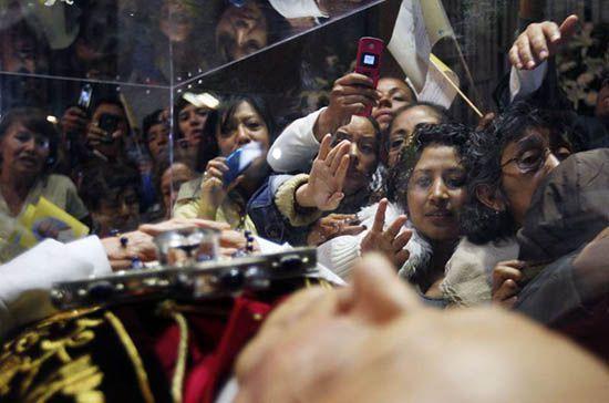 Попрощаться с Папой Римским Иоанном Павлом II приехали тысячи человек со всего мира