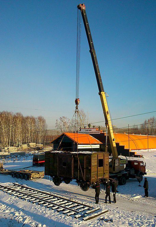 Столыпинский вагон ставят на рельсы