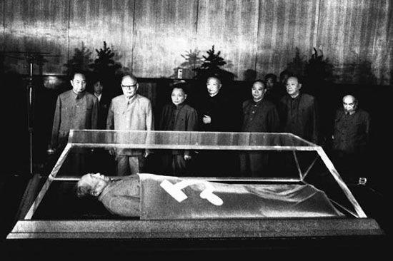 Мао Цзедун в мавзолее
