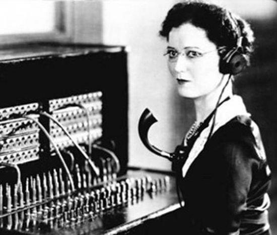 Телефонистка телефонного узла до изобретения шагового искателя