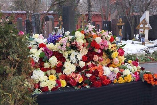 Цветы на могиле Елены Образцовой
