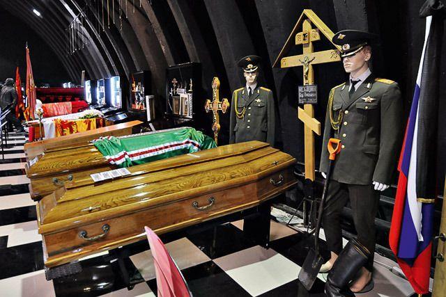 Копии гробов Ельцина и Алексия II, купленные на том же заводе, где сделаны оригиналы. Рядом лопата, тоже с похорон Ельцина