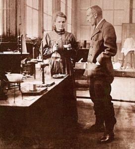 Мария и Пьер Кюри в своей лаборатории. Снимок 1900 года.