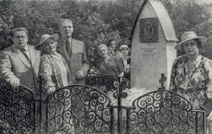 У могилы Чехова артисты