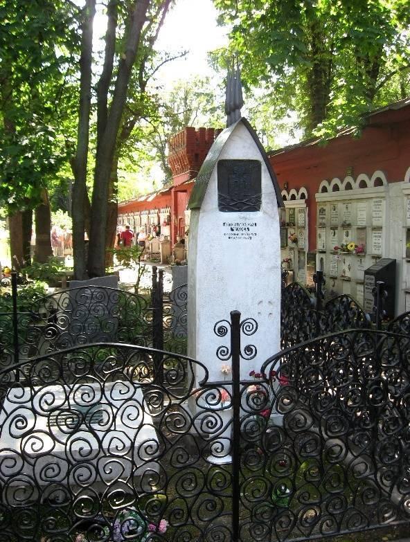 Могила писателя на Новодевичье кладбище