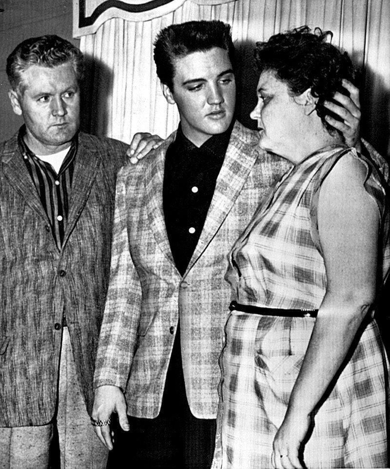 Элвис Пресли с родителями, 1958 год