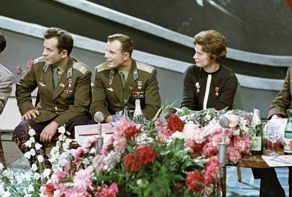 Советские космонавты: Павел Попович, Юрий Гагарин и Валентина Терешкова в студии телевидения, 1 января 1964 год