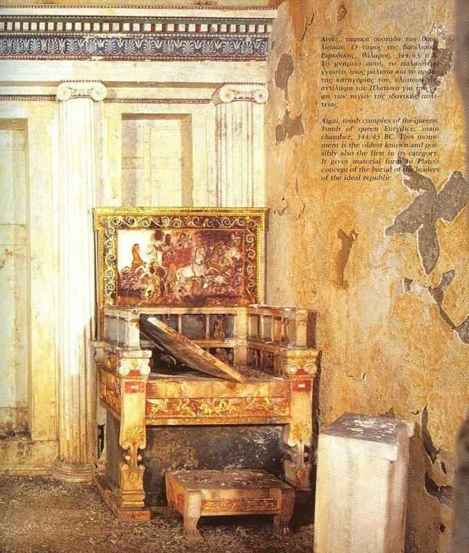 Задняя стена погребальной камеры с троном