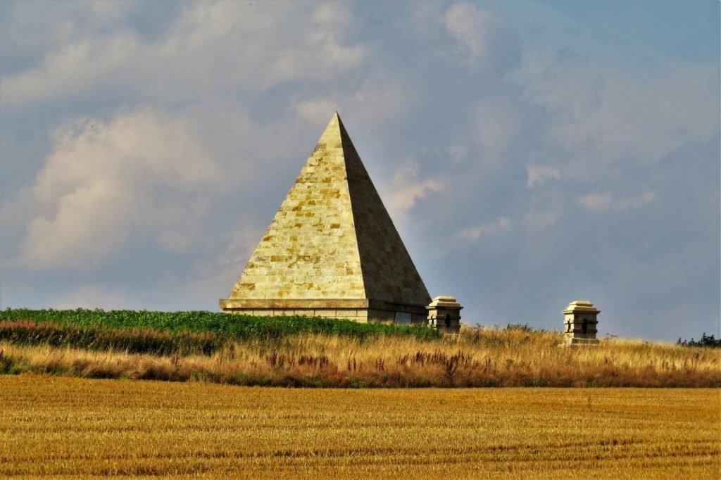 Памятник-пирамида в Касл-Ховарде.