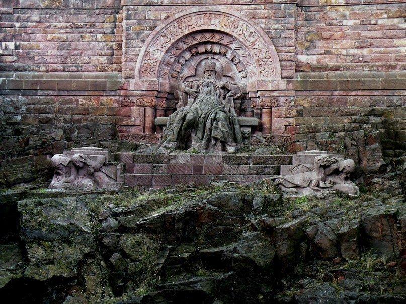 Статуя императора Фридриха Барбароссы у горы Кифхойзер