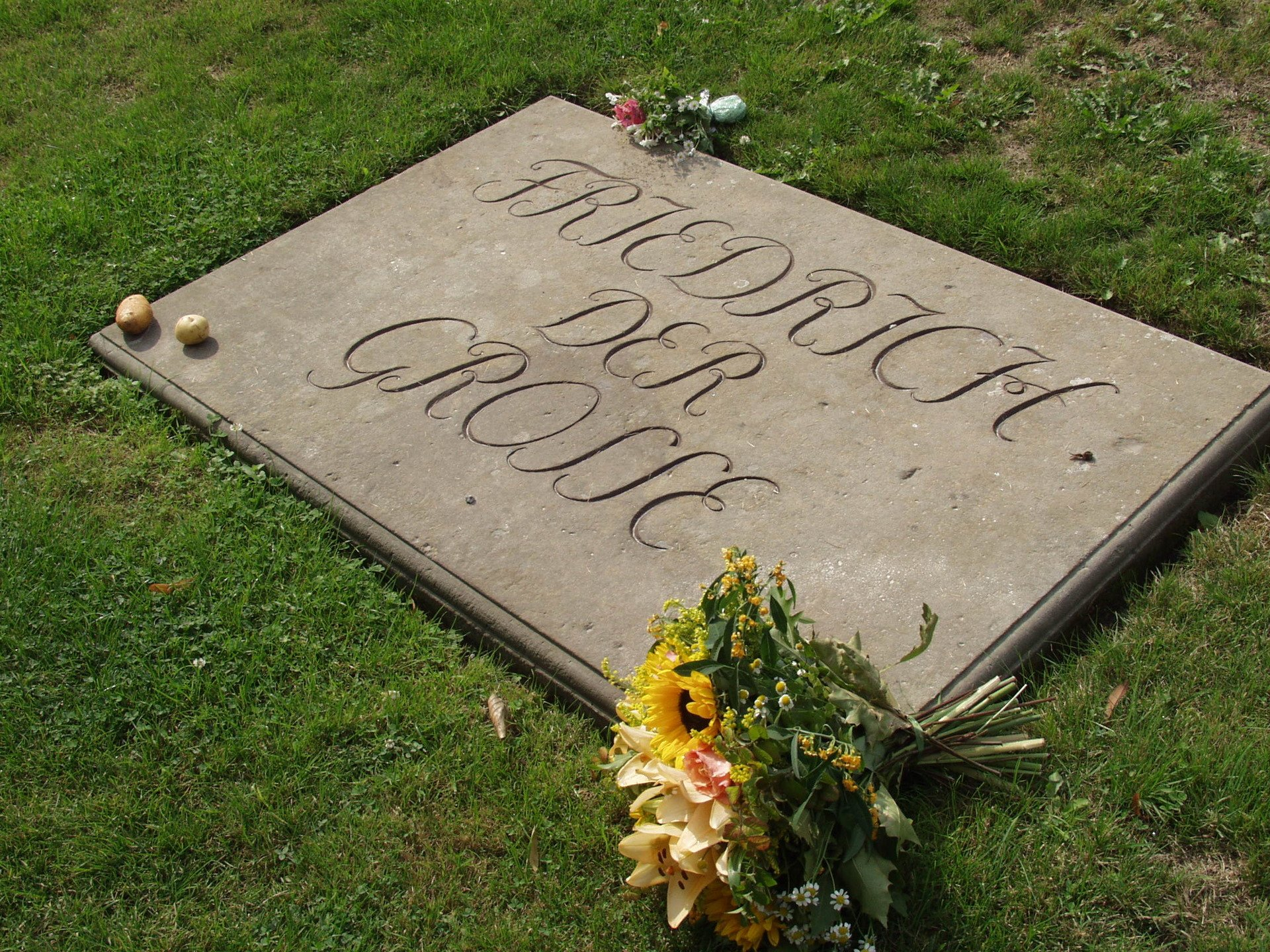 Надгробная плита с картофелем на могиле Фридриха II