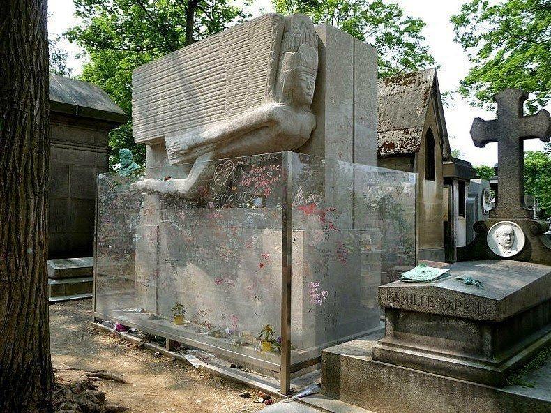 могила Оскара Уайльда с барьером