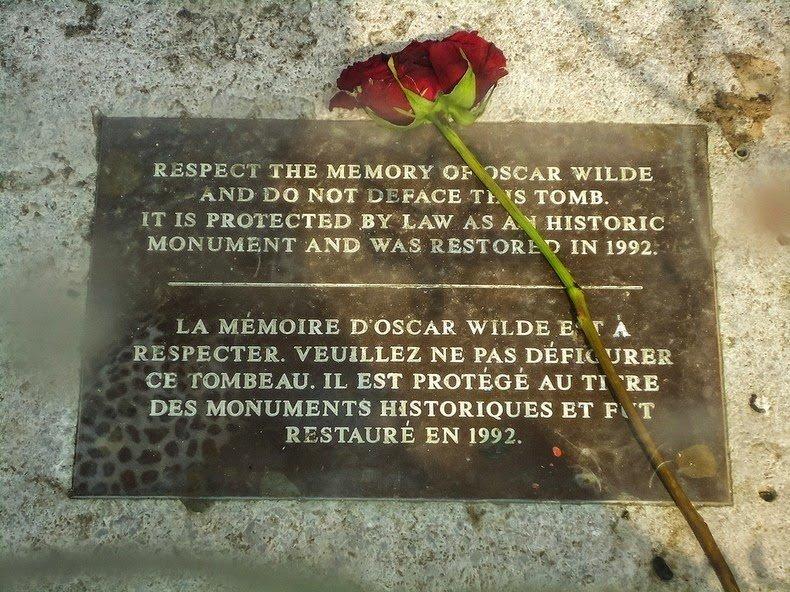 табличка на могиле Оскара Уайльда