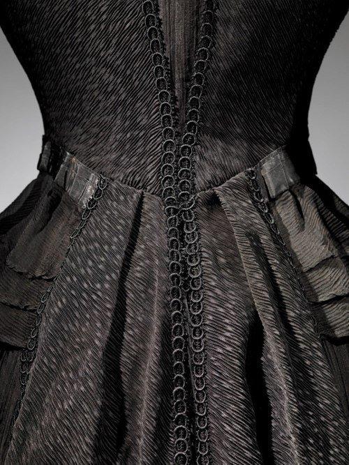 Платье из коллекции музея мировой погребальной культуры