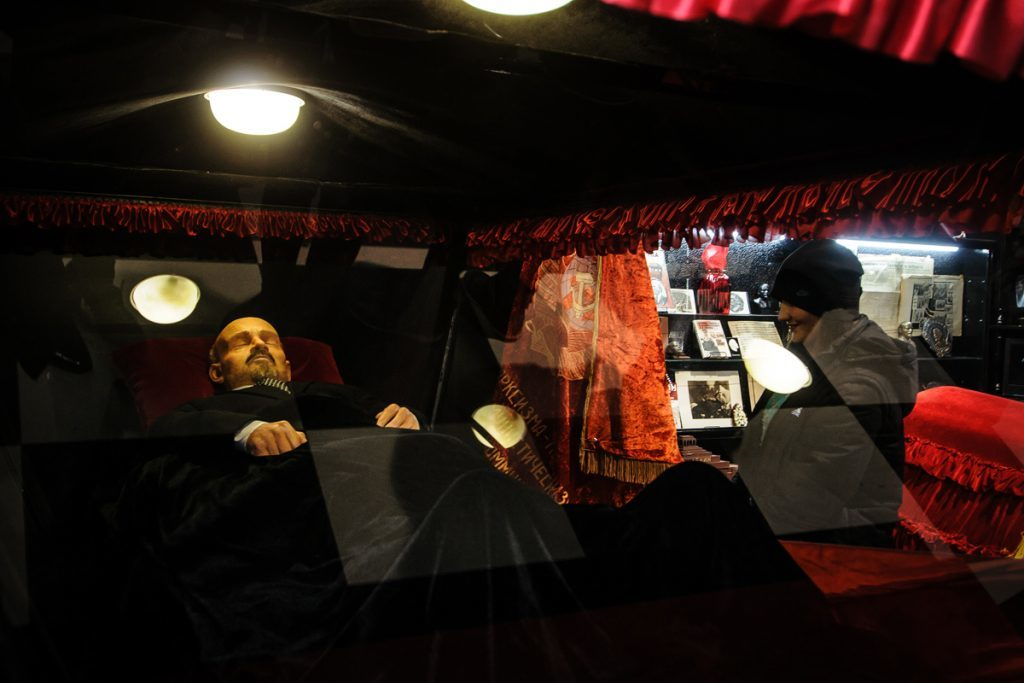 Саркофаг ленина в музее смерти