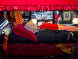 v-novosibirske-vyistavyat-sarkofag-s-kopiey-tela-lenina
