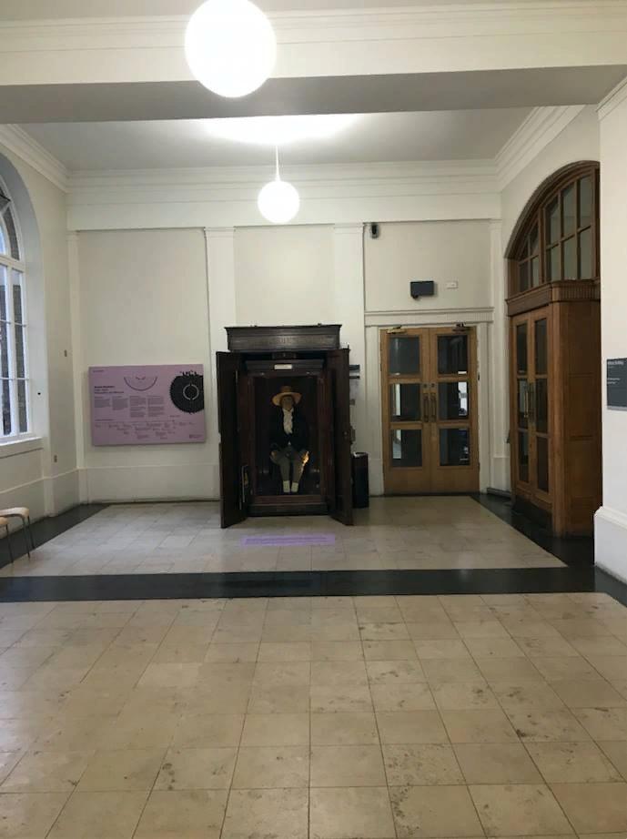 Джереми Бентам в холле колледжа